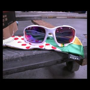 "Oakley Accessories - Oakley sunglasses ""unisex"""